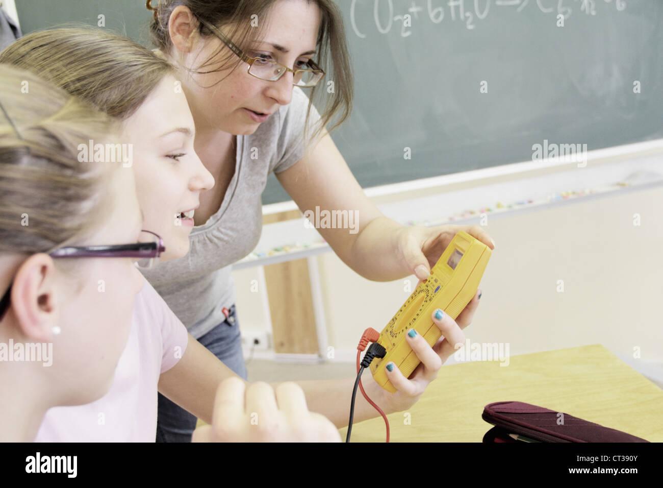 L'enseignant et les étudiants en laboratoire de technologie Banque D'Images