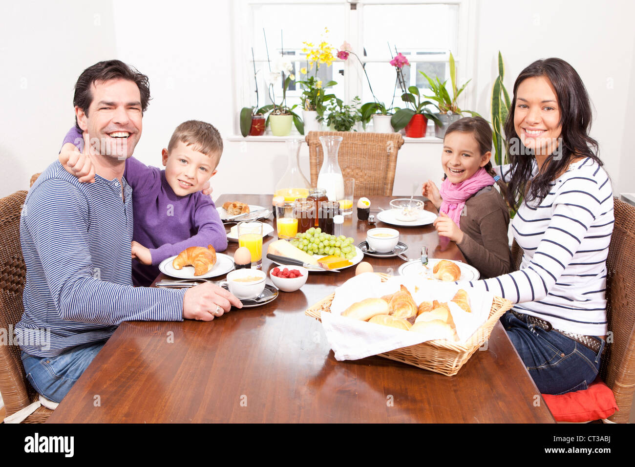 Family eating breakfast at table Photo Stock