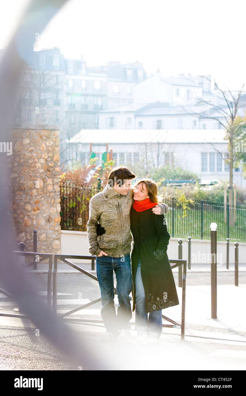 COUPLE DE 20 à 30 ans, à l'extérieur Photo Stock