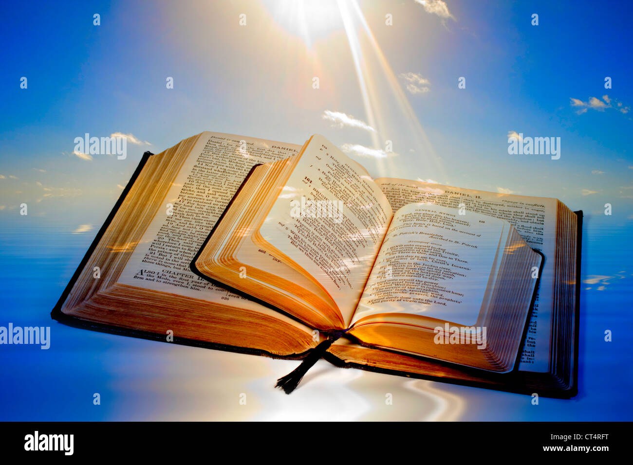 Sainte Bible et livre de prières, à la fois ouvert avec un fond de rayons de lumière frappant la page. Banque D'Images