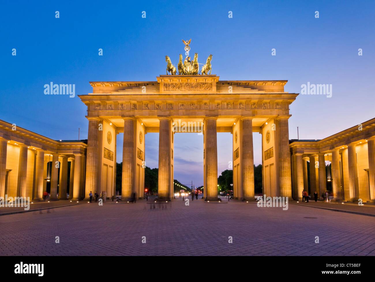 Porte de Brandebourg Pariser Platz avec le Quadrige ailé statue trônant au sommet au coucher du soleil Photo Stock