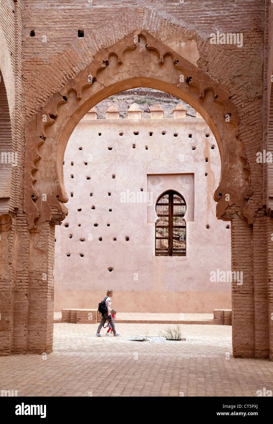 Les touristes dans la mosquée islamique à Tin mal, le Haut Atlas, Maroc Sud Photo Stock