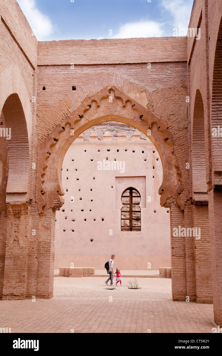 Les touristes à la 12e siècle, la mosquée de Tin Mal région du Haut Atlas, Maroc Sud Photo Stock
