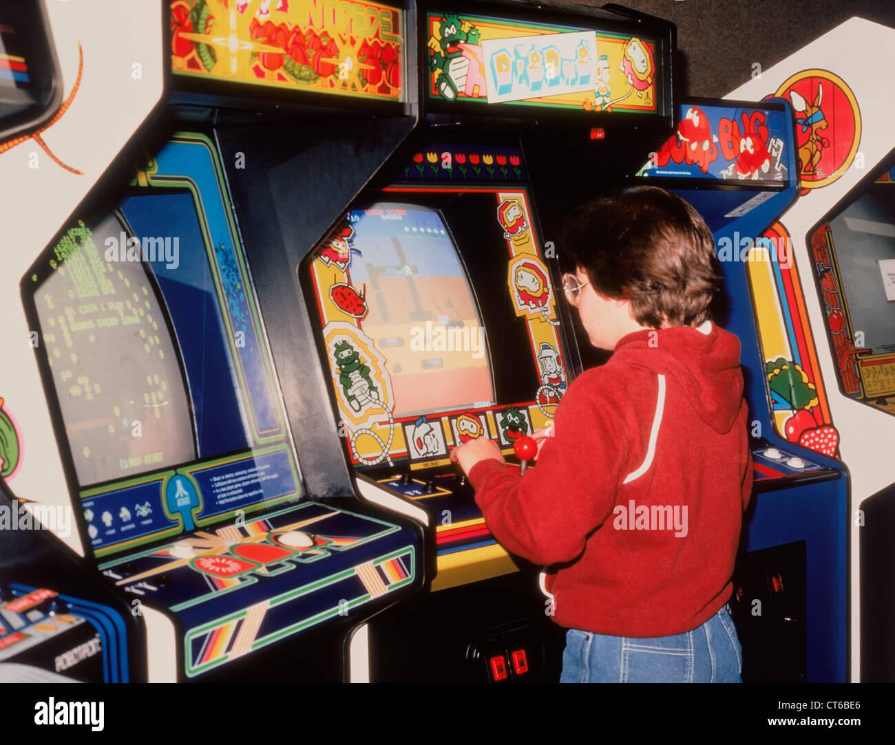 https://c8.alamy.com/compfr/ct6be6/garcon-jouant-des-jeux-d-arcade-video-vintage-ct6be6.jpg