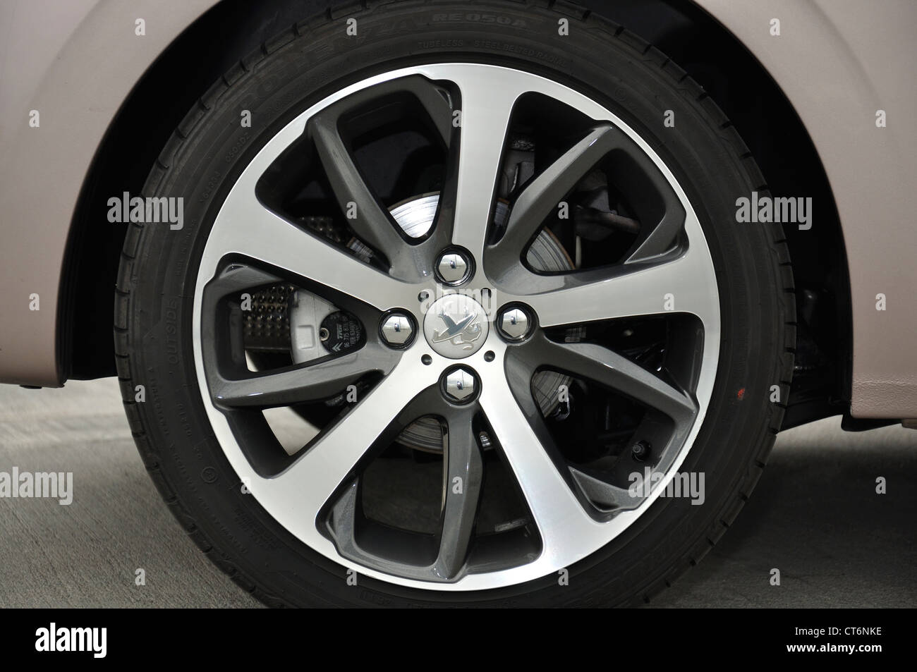 Peugeot 208, roue de voiture Banque D'Images