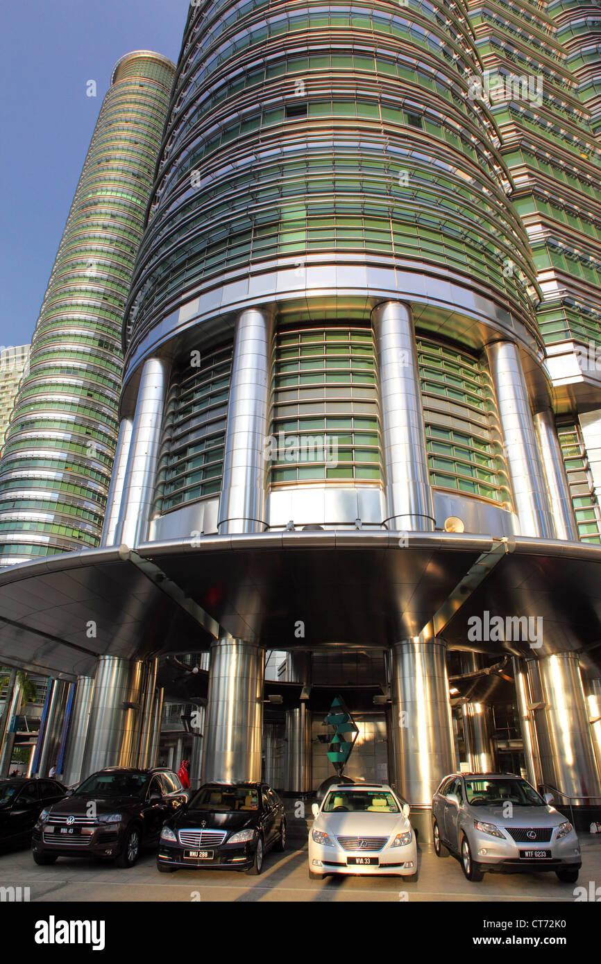 Les Tours Petronas et les automobiles de luxe à Kuala Lumpur. Photo Stock