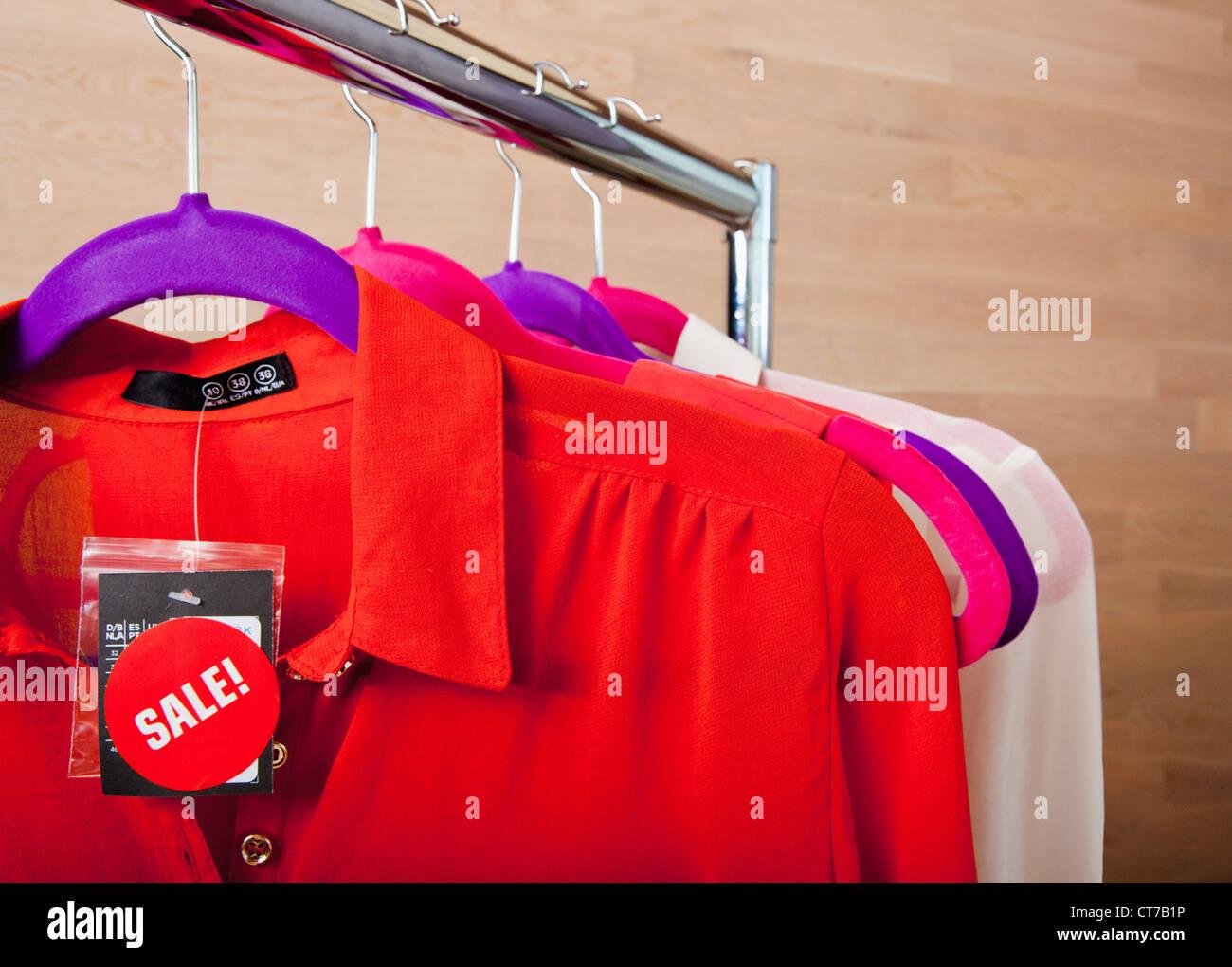 Blouses en vente sur tringle Photo Stock