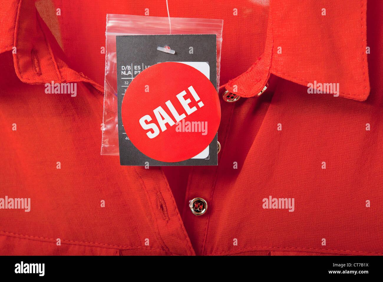 Chemisier rouge sur tag vente Banque D'Images