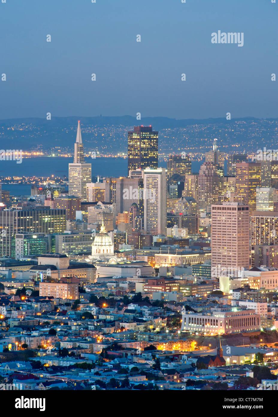 La tombée de la vue sur San Francisco depuis le sommet de Twin Peaks en Californie, USA. Photo Stock