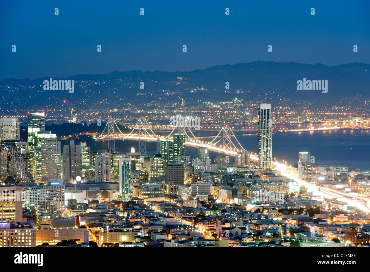 La tombée de la vue sur San Francisco et d'Oakland Bay Bridge depuis le sommet de Twin Peaks en Californie, Photo Stock