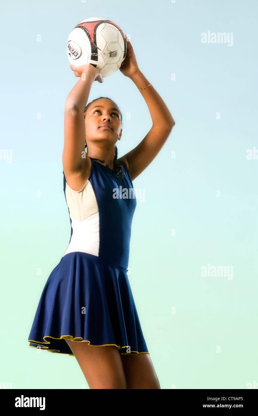 L'Afrique noire fille jouant le netball Photo Stock