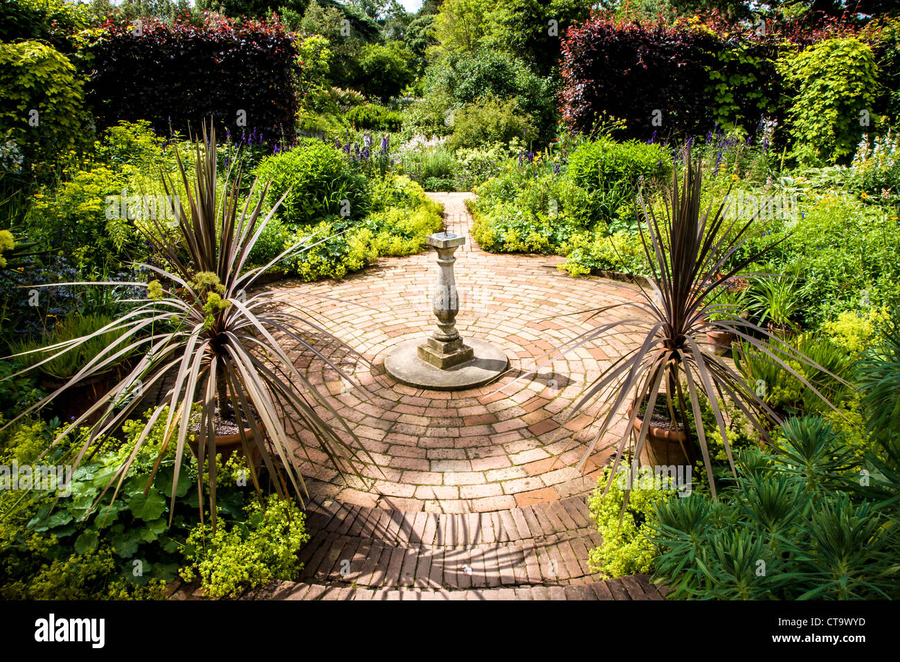 Jardin méditerranéen avec terrasse en brique circulaire et ...