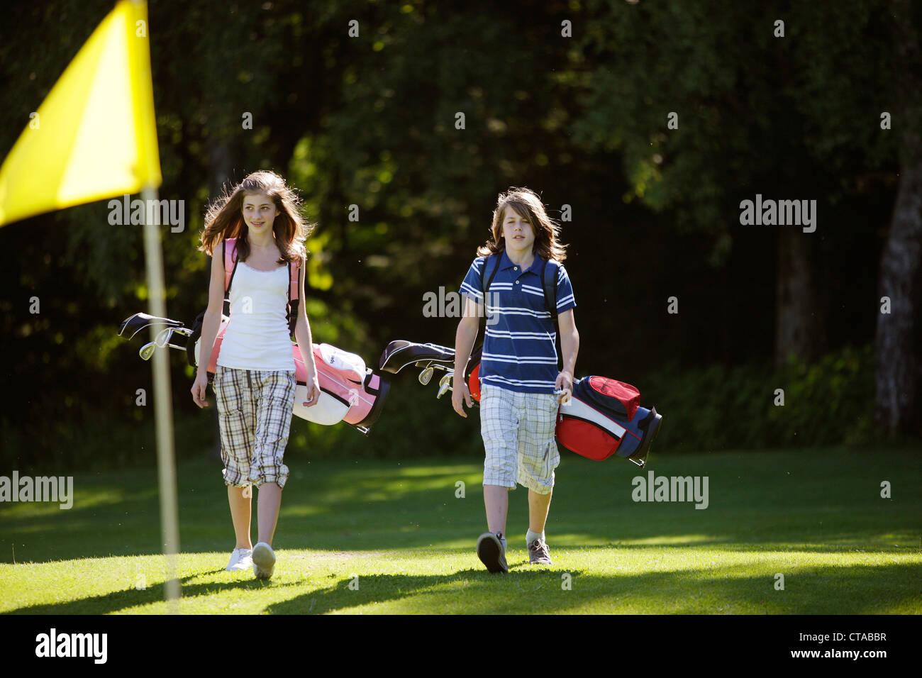 Les enfants à jouer au golf, Bergkramerhof, Bavière, Allemagne Photo Stock