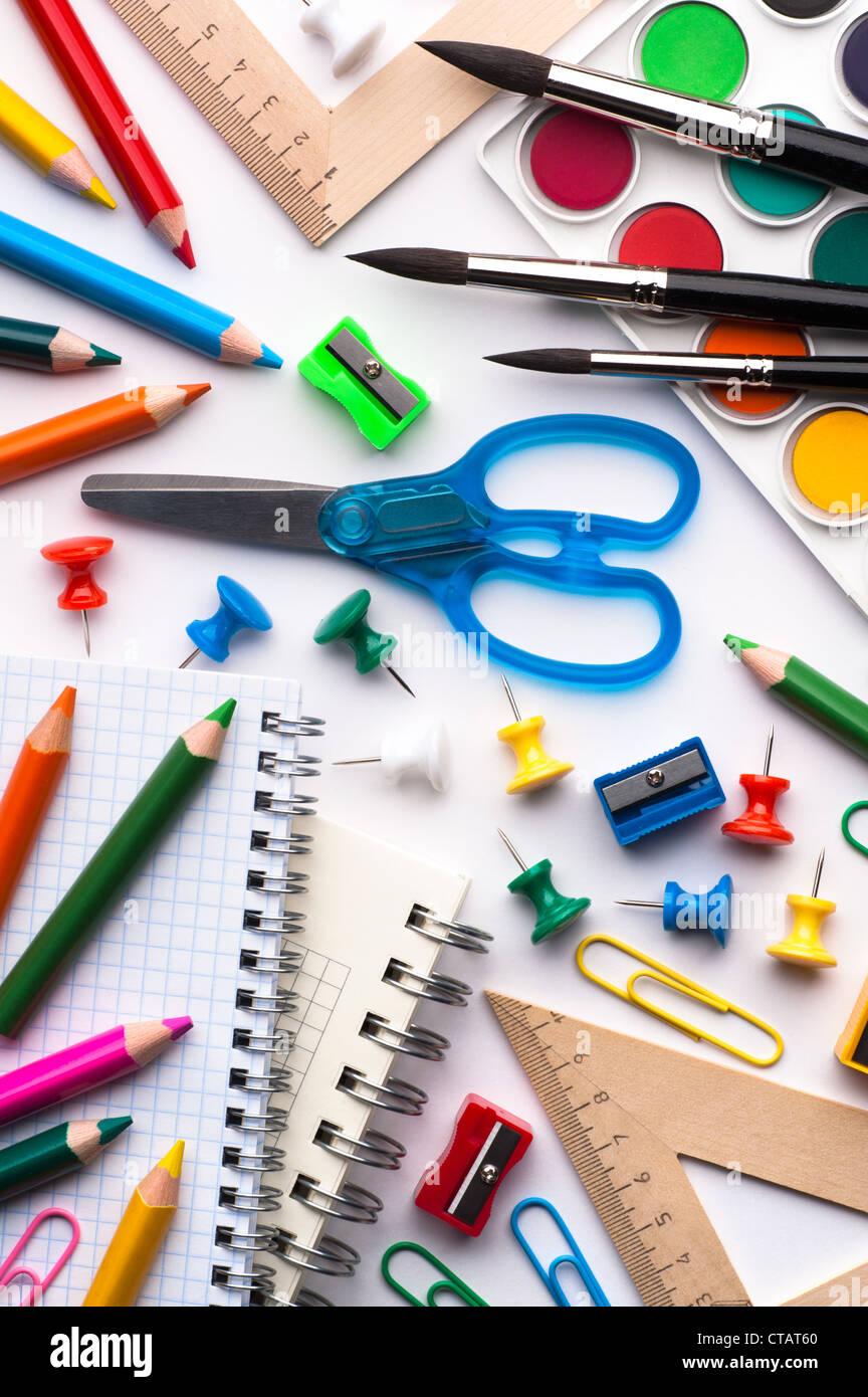 Assortiment de différents éléments de l'école, fond blanc Photo Stock