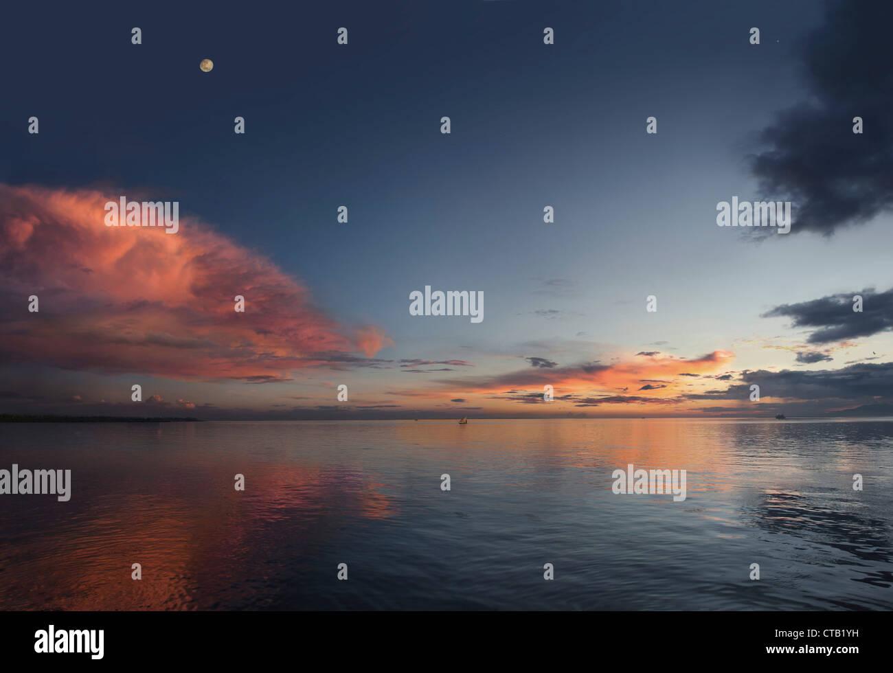 Red Cloud sur le fleuve Amazone au coucher du soleil, fleuve Amazone, Amazonie, Brésil Photo Stock