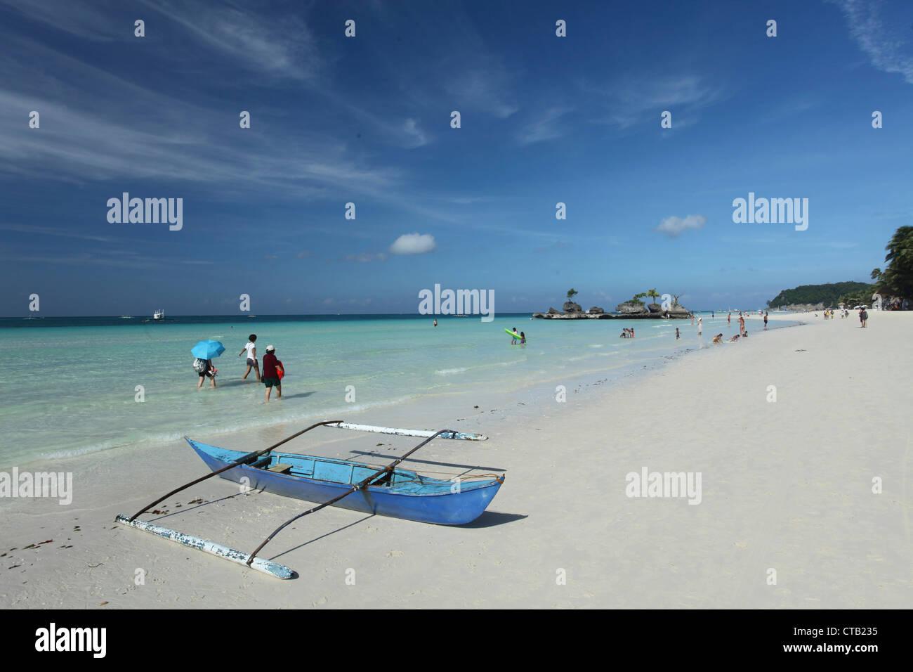 White Beach avec bateau de pêche, Boracay, île de Panay, Visayas, Philippines Photo Stock