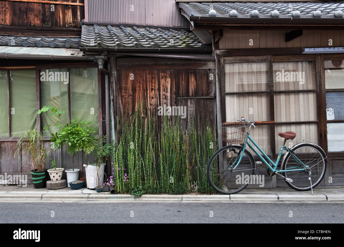 Kyoto, Japon. Machiya maisons dans le nord-ouest, Nishijin Kyoto - le textile et le tissage traditionnel district Photo Stock