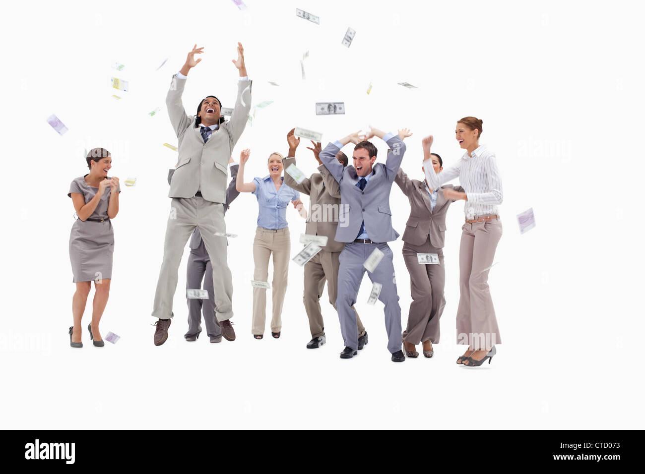 Très heureux les gens avec de l argent qui tombe du ciel Banque D ... a92ee843220
