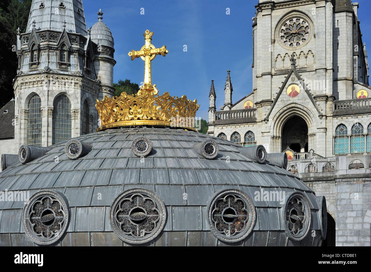 La couronne dorée et croix de la Basilique de Notre-Dame du Rosaire / Notre Dame du Rosaire de Lourdes, Pyrénées, France Banque D'Images