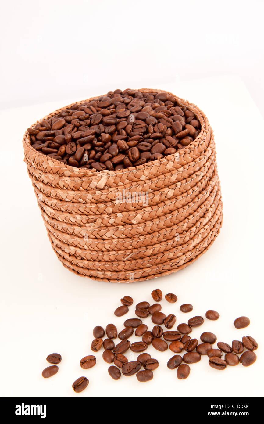 Close up d'un panier plein de graines de café avec des graines se trouvant en face d'elle Photo Stock