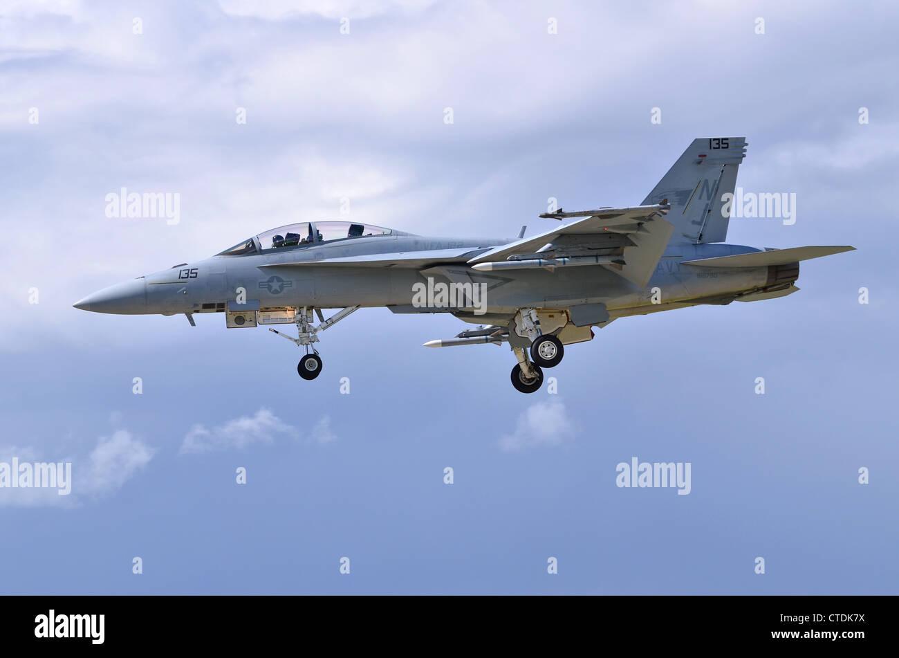 Boeing F/A-18F Super Hornet VFA-122 exploité par de l'US Navy en approche pour l'atterrissage à Farnborough International Airshow 2012 Banque D'Images