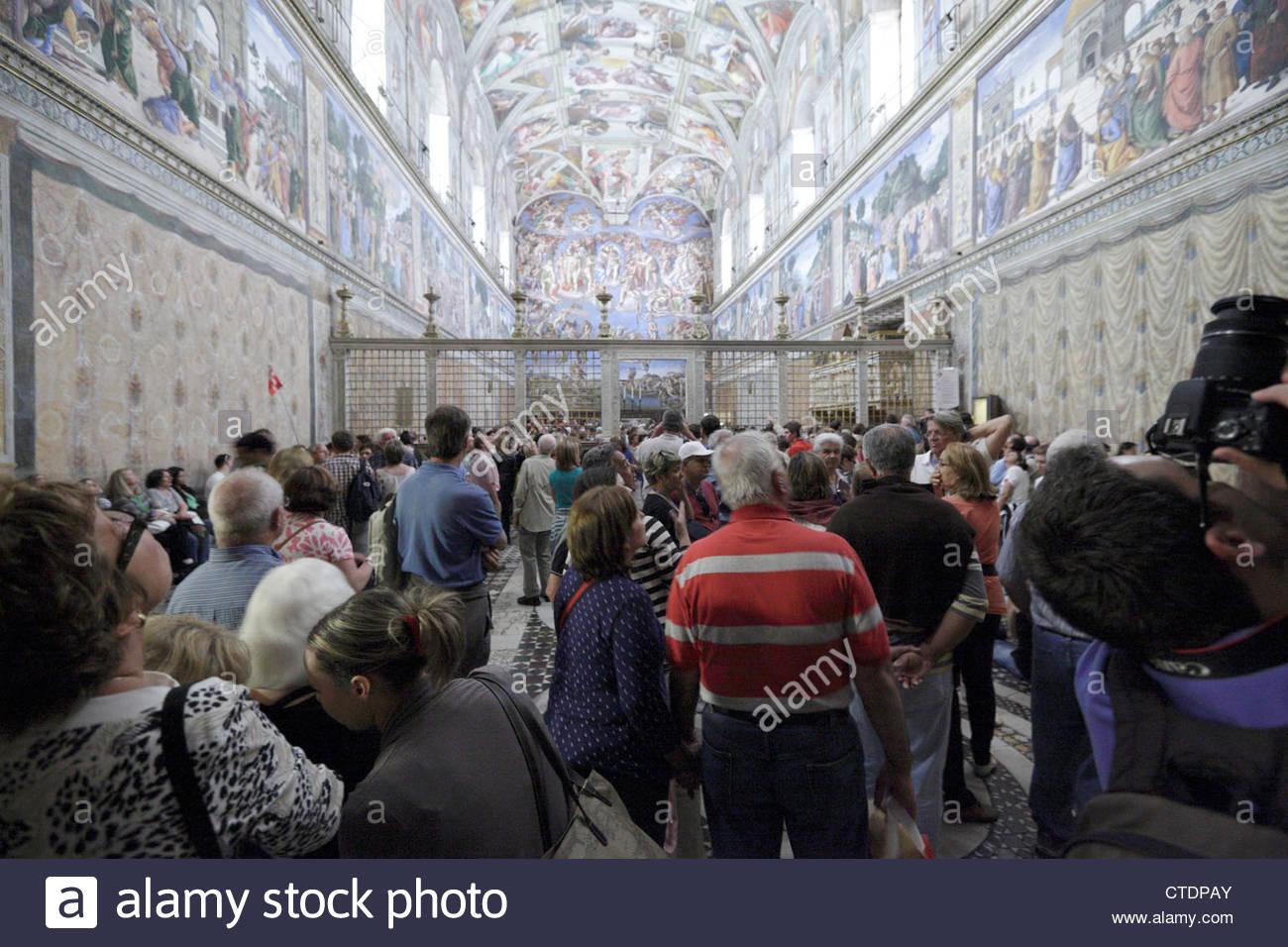 Le tourisme de masse à l'intérieur de la Chapelle Sixtine, Musée du Vatican de Rome Photo Stock