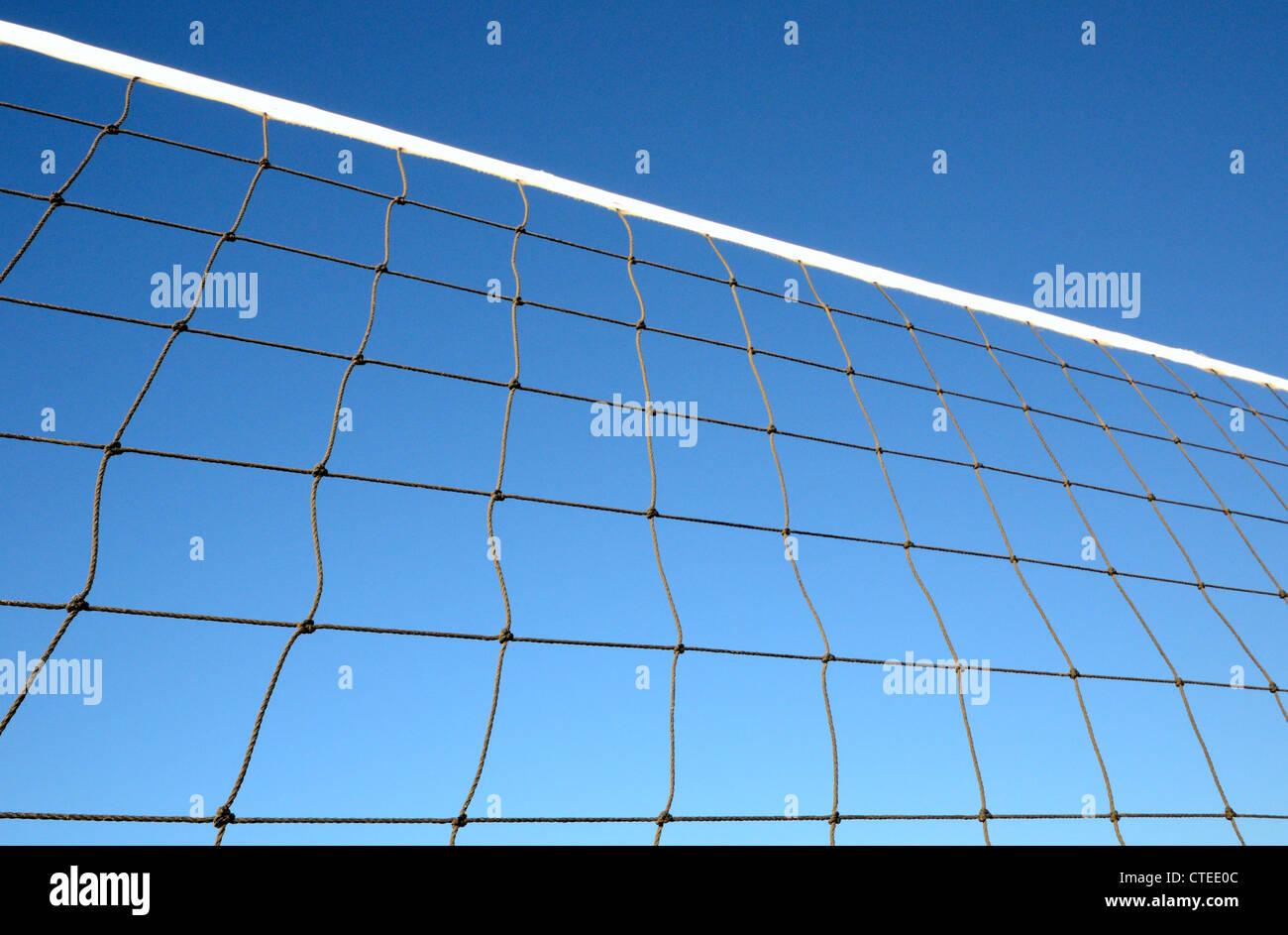 Partie de volley-ball net contre ciel bleu clair Photo Stock