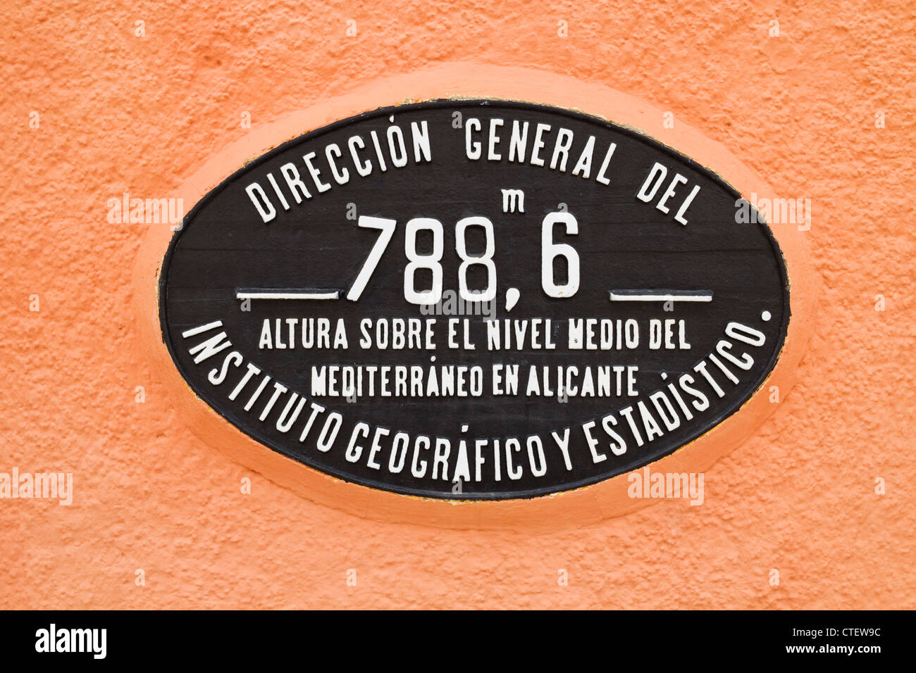 Hauteur au-dessus du niveau de la mer de plaque en petit train station in campagne espagnole Photo Stock