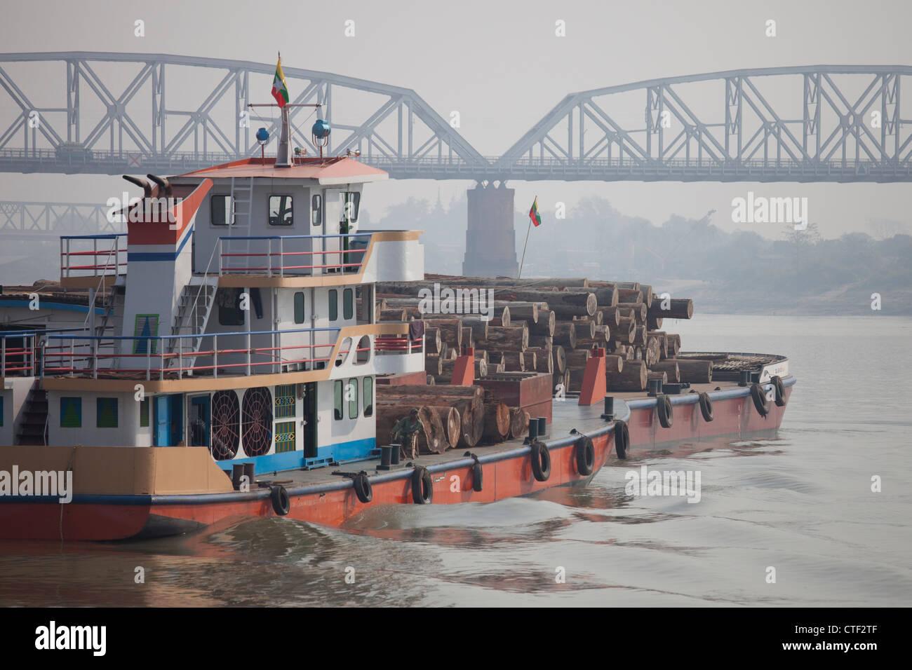 Barge tirant des grumes sur la rivière Irrawaddy près de Mandalay, Myanmar Photo Stock