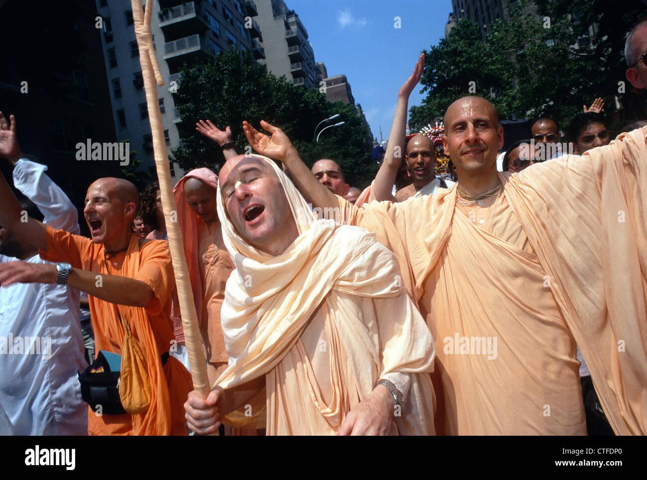 New York, NY - dévots Hare Krishna en mars la Cinquième Avenue pour la fête de l'Charriots Banque D'Images