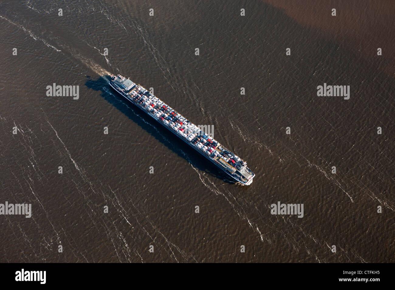Les Pays-Bas, Willemstad, Rivière-bateau transportant des voitures. Vue aérienne. Photo Stock