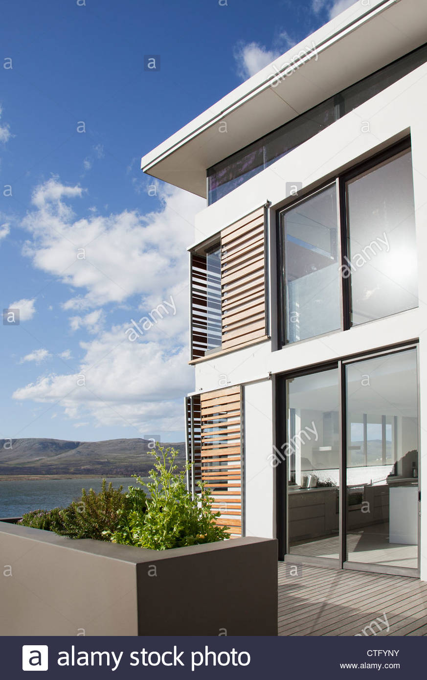 Agreable Soleil Sur La Fenêtre De Maison Moderne Avec Vue Sur Le Lac