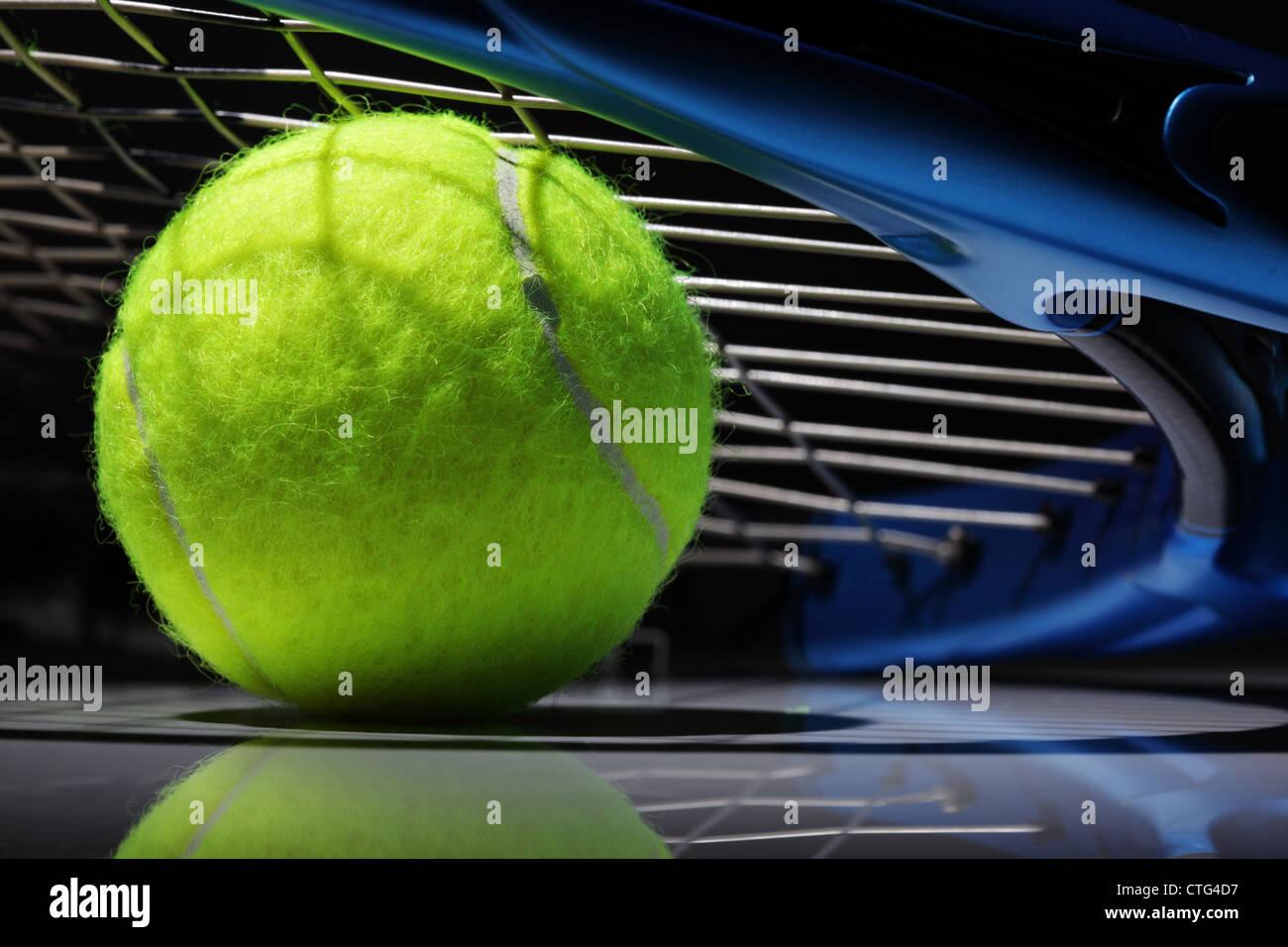 Raquette de tennis et la balle Photo Stock