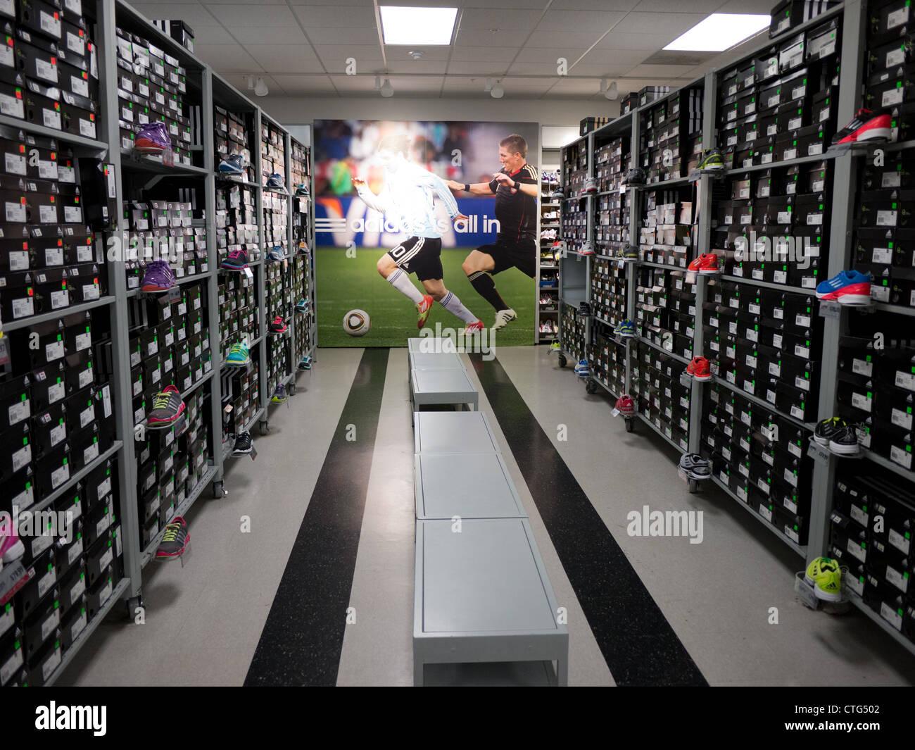 Magasin de chaussures au détail boîte de pile vide adidas