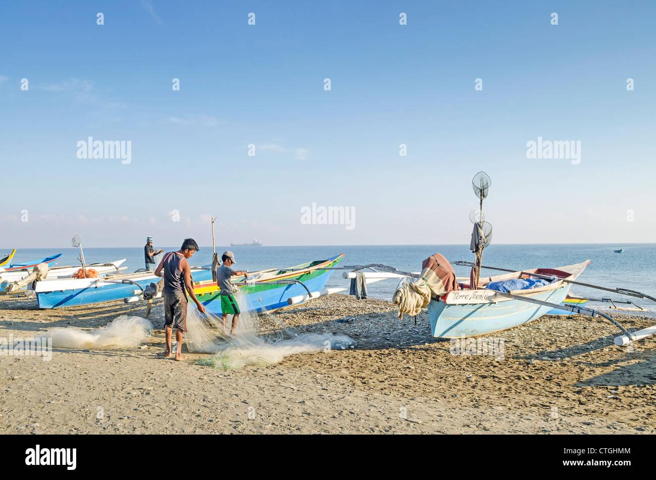 Pêcheurs travaillant sur la plage à Dili au Timor oriental Banque D'Images