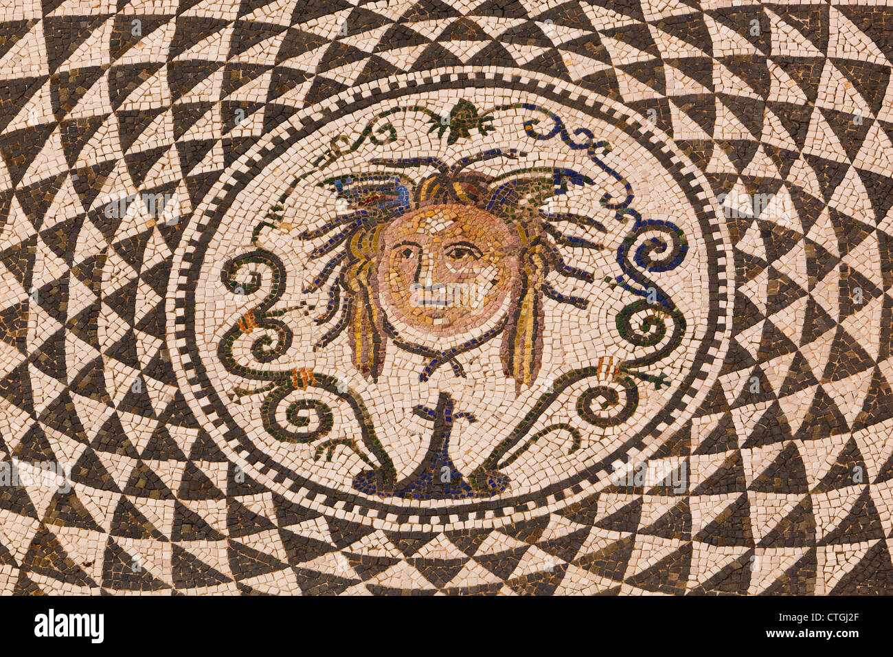 Carmona, Province de Séville, Espagne. Mosaïque romaine de méduse en mairie. Photo Stock