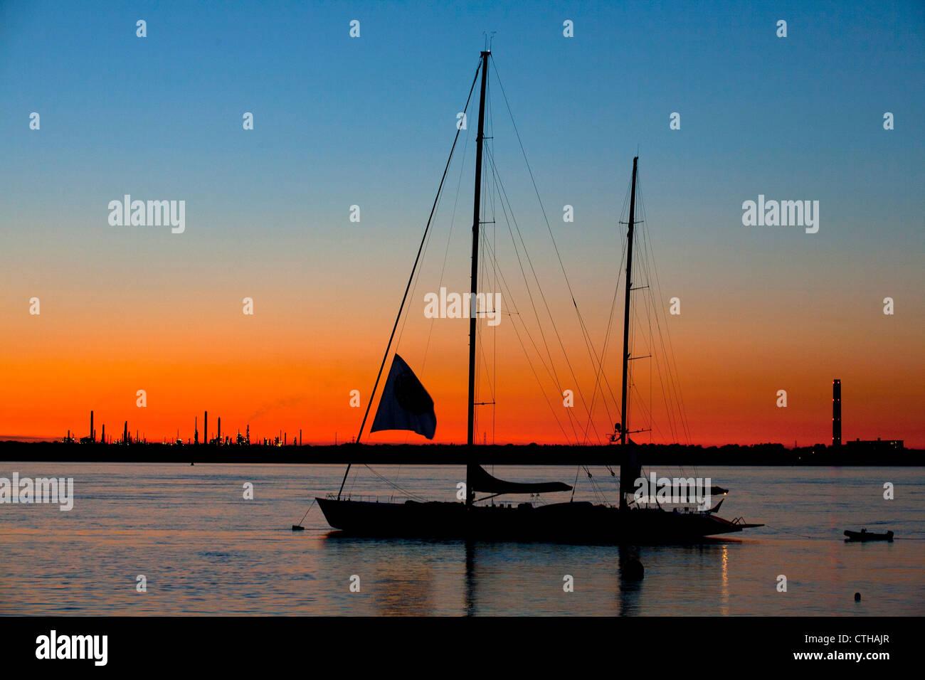 Super Yacht, Mari Cha, Crépuscule, mouillée de la raffinerie de pétrole de Fawley, vert, Solent, Photo Stock
