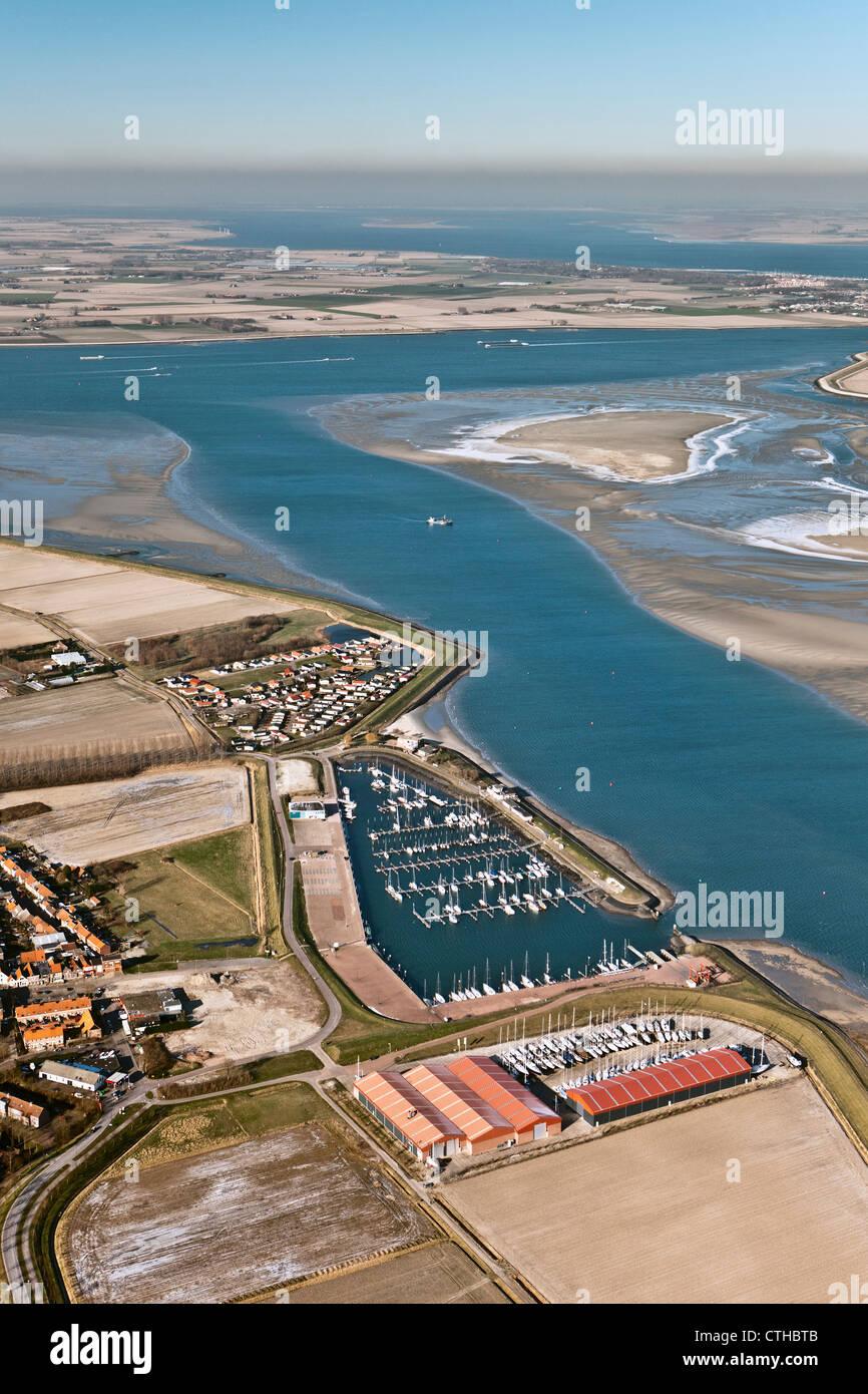 Les Pays-Bas, Sint Annaland, gelé l'eau saumâtre à marée basse. marina. Vue aérienne. Banque D'Images