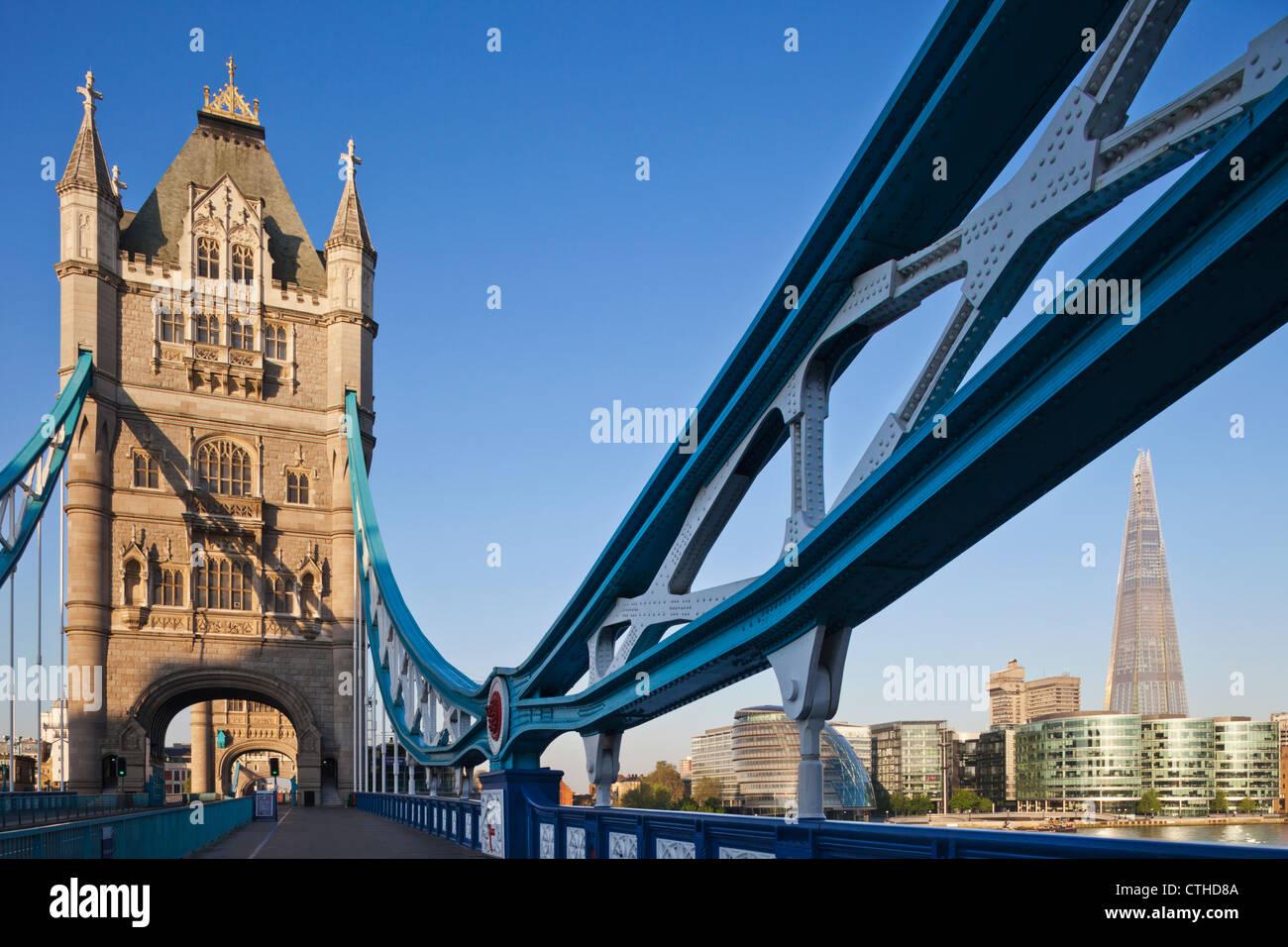 L'Angleterre, Londres, Southwark, le Tower Bridge et le tesson Banque D'Images