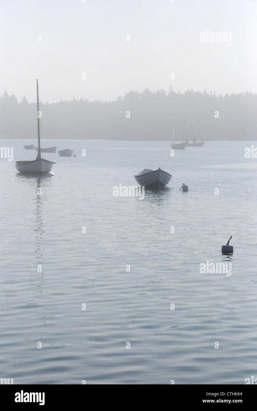 Bateaux amarrés dans le brouillard Photo Stock