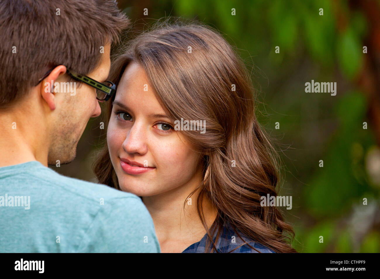 Couple de passer du temps ensemble dans un parc; Edmonton, Alberta, Canada Photo Stock