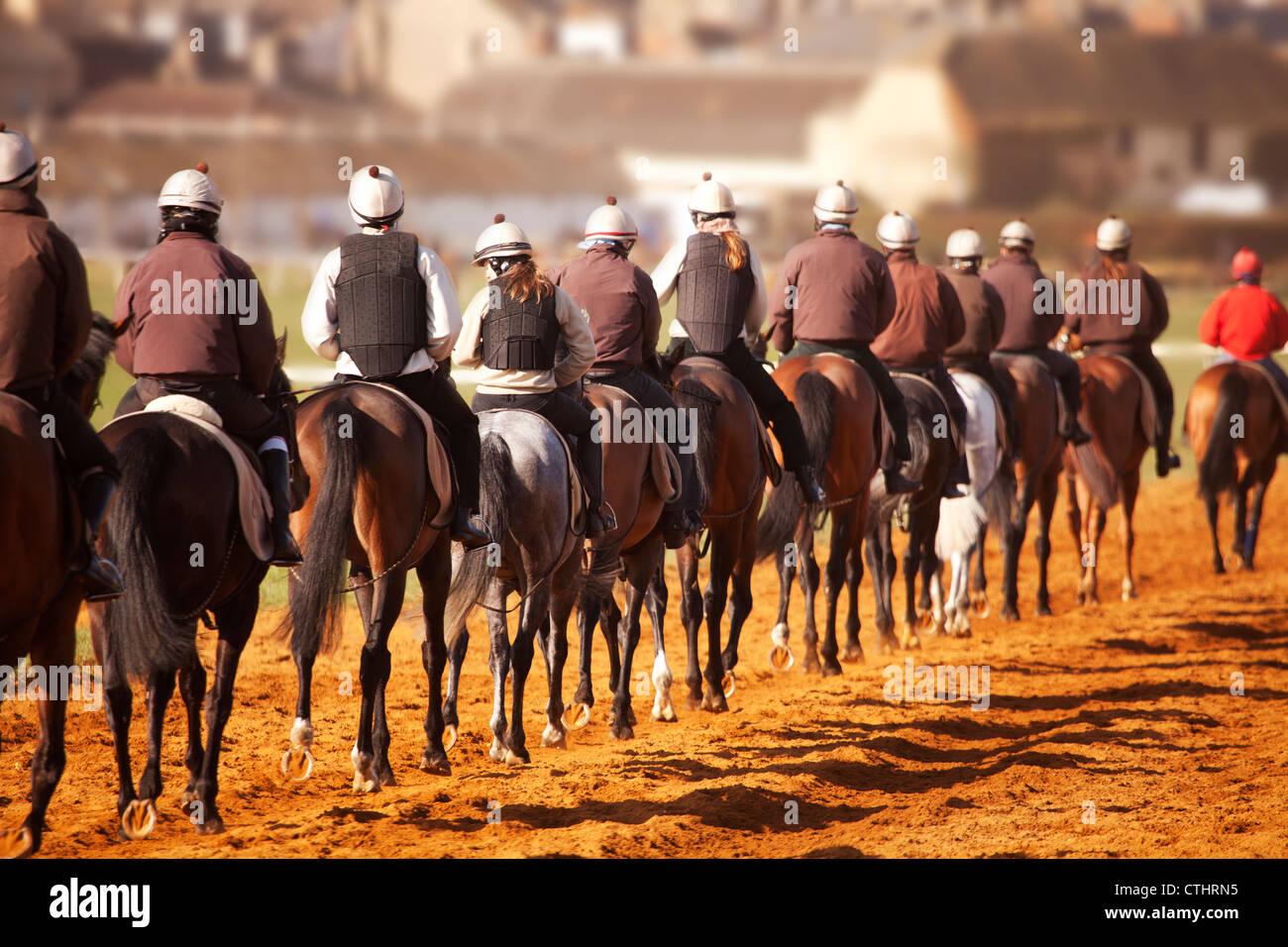 Une chaîne de chevaux de passage, retour à la ligne de départ dans la formation Photo Stock