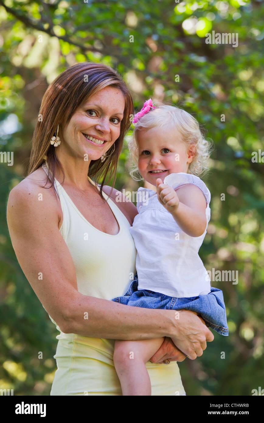 Mère et enfant dans un parc; Edmonton, Alberta, Canada Photo Stock