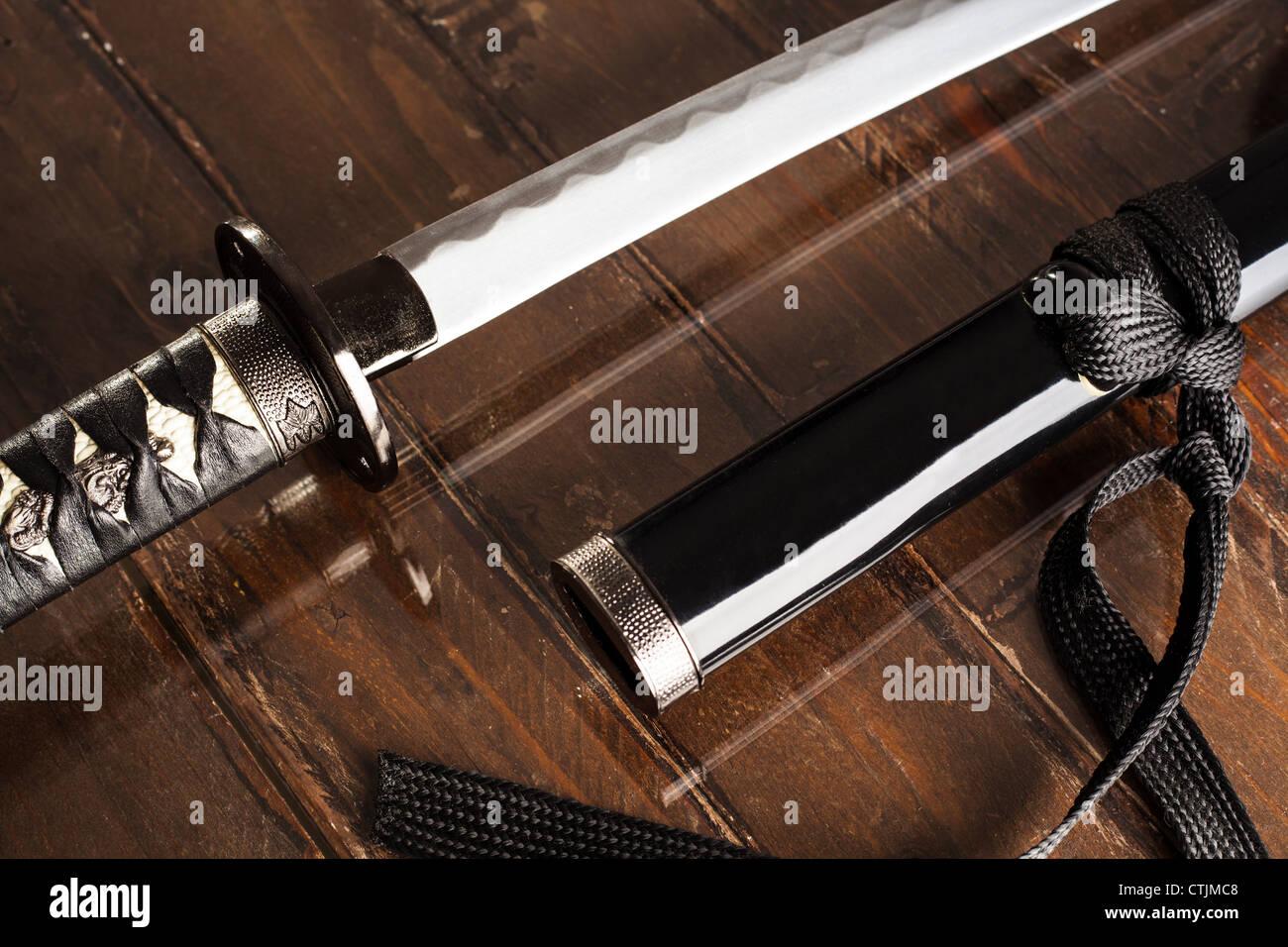 Katana épée avec fourreau noir sur bois Photo Stock