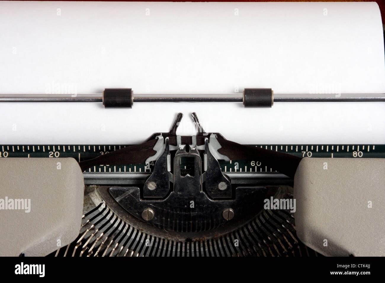 Du papier blanc dans une machine à écrire manuelle portable Smith-Corona 1957 Photo Stock