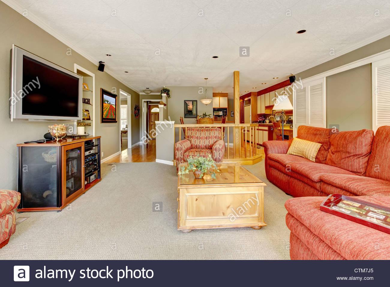 Grande cuisine américaine salon avec canapé rouge, d\'une ...