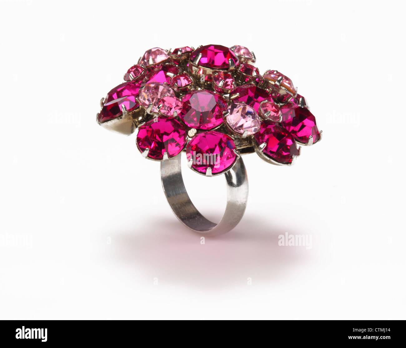 Les Bijoux de costume. Un anneau avec une grappe de pierres rouges et roses. Photo Stock
