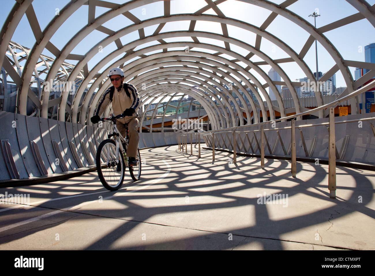 Melbourne webb bridge sur la rivière Yarra, docklands Harbour à Victoria en Australie à vélo Photo Stock