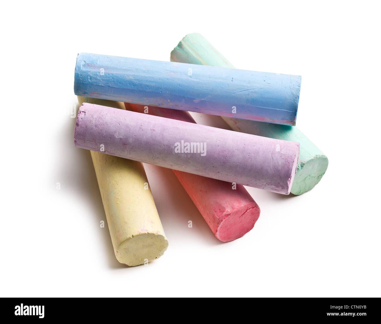 Les craies colorées sur fond blanc Photo Stock