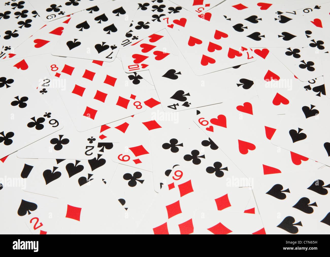 Les cartes à jouer sur un tableau vert. Photo Stock